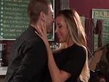 Samantha Saint follando con el camarero - Rubias