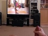 Se pajea viendo una chica de la tele.. - Videos XXX