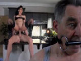 Se folla a otro hombre mientras su marido mira - Sexo Duro
