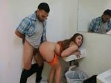 Sexo bien fuerte en unos lavabos - Actrices Porno