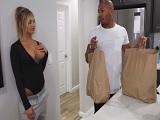 El negro le trae la compra a casa.. - Interracial