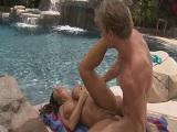 Lisa Ann follando en la piscina - Morenas