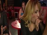 Maduritas comiendo polla de los strippers - Mamadas