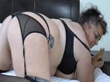 Gordas y cachondas disfrutando en la cama - Lesbianas