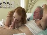 La nieta se la chupa a su abuelo.. - Incestos