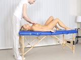 El masajista la pone bien cachonda.. - Rubias