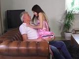 El abuelo sigue siendo sexy para su nieta.. - Xvideos