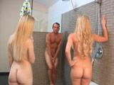 Madre e hija se meten con él en la ducha - Incestos