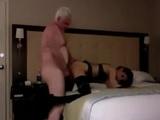 El viejo tiene sexo incesto con la nieta en un hotel - Incestos