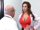 Los pechos de la doctora son muy tentadores - Tetonas