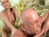 La nieta le da un masaje a su abuelo con final feliz - Incestos