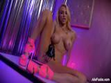 La stripper acaba pajeándose tras el show - Rubias