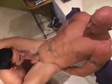 Pareja gay follando en el lavabo de casa - Gays