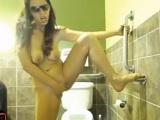 Ella sola se pajea en el lavabo de casa - Jovencitas