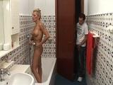 Espiando a mamá en la bañera - Maduras