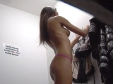 Espiando a una belleza en el probador de ropa - Xnxx