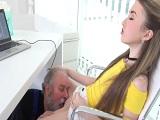 El viejo le come el coño a la jefa - Xnxx
