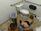 Pillados follando en los lavabos del restaurante - Youporn