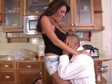 Le come las tetas a su mujer en la cocina - Tetonas