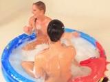 Menudo baño de estas lesbianas en la piscina - Lesbianas
