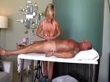 Relaja a su marido con un masaje muy sexual - Amateur