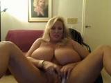 Madura muy excitada masturbando su coñito - Webcams