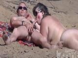 Le hace una mamada en la playa nudista - Xvideos