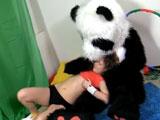 Se dejó follar por el panda de peluche - Jovencitas